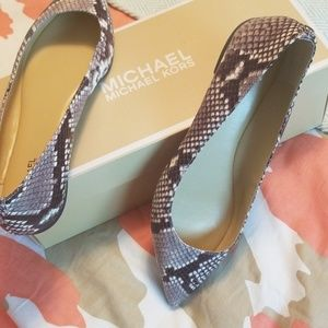 Michael kors pointy flat size 8 snake look leather